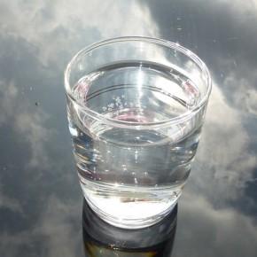 Yksinkertaista stressinhallintaa: Laske vesilasi kädestäsi pöydälle